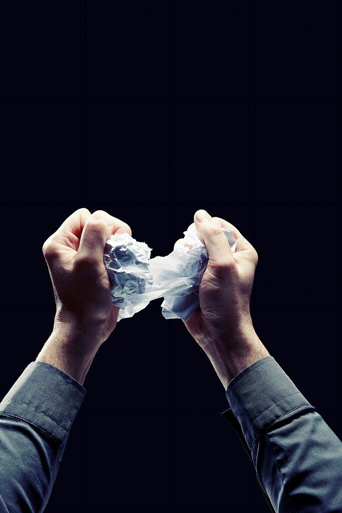Hände zerreissen Papier